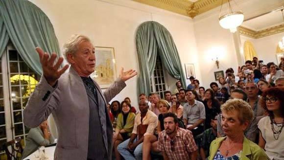 Ian McKellen en la embajada británica en Cuba. Foto: Prensa Latina
