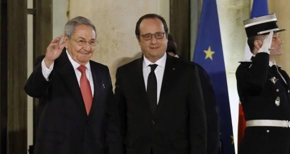 El Presidente francés Francois Hollande recibe al Presidente cubano Raúl Castro en el Palacio del Elíseo. Foto: AP