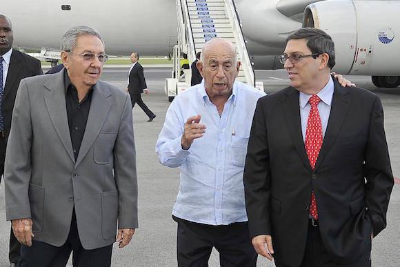 El presidente cubano Raúl Castro, el Vicepresidente José Ramón Machado Ventura y el Canciller Bruno Rodríguez, en la terminal aérea José Martí, este miércoles. Foto: Estudios Revolución