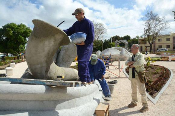 El Maestro Cosme Proenza (D) supervisa los detalles constructivos de El Parque de los Tiempos. Foto: Juan Pablo Carreras/ACN