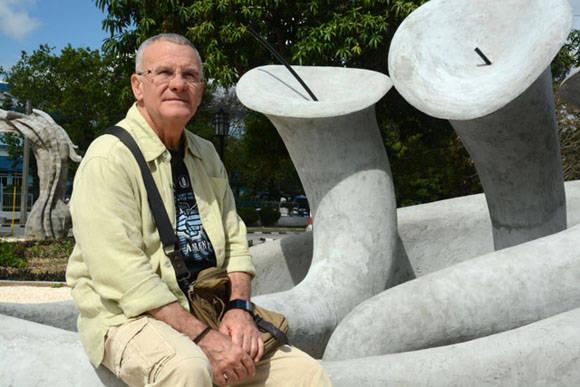 El Maestro Cosme Proenza posa junto a una de las fuentes de El Parque de los Tiempos, conjunto escultórico inspirado en la obra de este artista plástico cubano. Foto: Juan Pablo Carreras/ACN