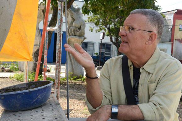 El Maestro Cosme Proenza supervisa los detalles constructivos de El Parque de los Tiempos. Foto: Juan Pablo Carreras/ACN