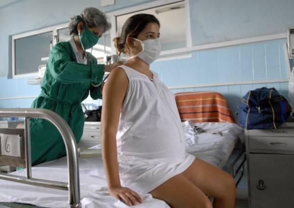 Una doctora atiende a una embarazada en Cuba, donde la Revolución lleva décadas impulsando la igualdad de género.