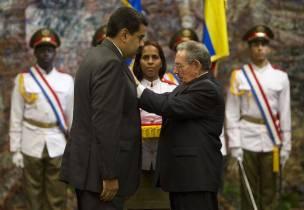 El Presidente Nicolás Maduro recibe la más alta condecoración del gobierno Cubano, la Orden Nacional José Martí, de manos del Presidente Raúl Castro. Foto: Ismael Francisco/ Cubadebate