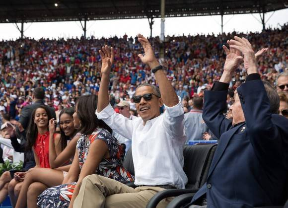El Presidente Obama y el Presidente Castro hacen una ola durante el partido amistoso de béisbol entre los Tamba Bay Rays y el equipo nacional de Cuba. / President Obama and President Castro do The Wave during yesterday's exhibition baseball game between the Tampa Bay Rays and the Cuban National team.