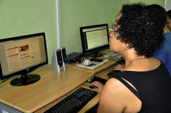 Directivos y funcionarios de diversos organismos compartes junto a los internautas durante el Forodebate. Foto: Roberto Garaycoa.