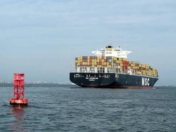 Un barco de contenedores se abre paso en el puerto de Charleston. Carolina del Sur, con un gran puerto y un sector de la agricultura vibrante, debe estar bien posicionada para comerciar con Cuba, una vez que se levante el embargo comercial. Foto: Bruce Smith AP