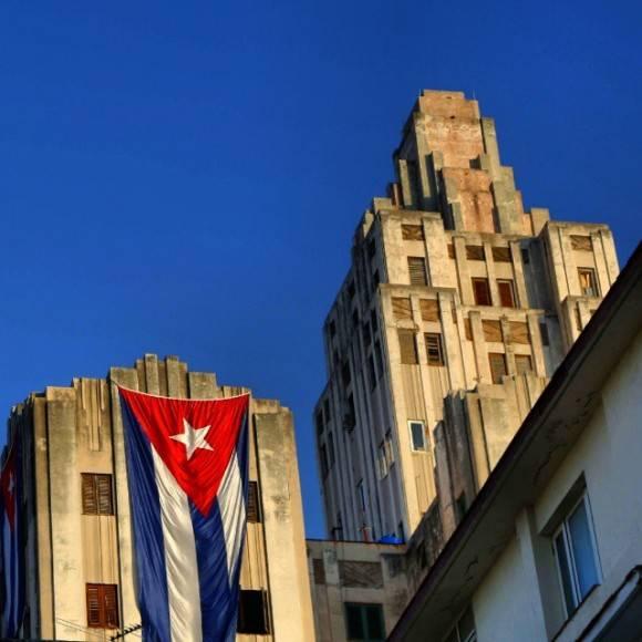 Bandera cubana en un edificio emblemático de La Habana. Foto: Desmond Boylan/ Facebook