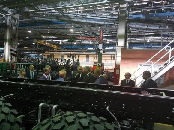 Díaz Canel visita la fábrica de vehículos de Minsk (MAZ) que produce camiones para Cuba. Foto: Cuenta en Twitter de Rogelio Sierra, VM MINREX