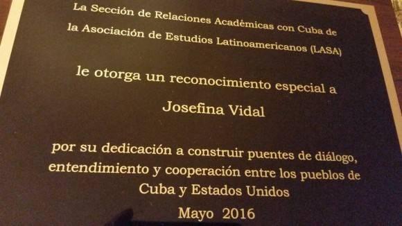 Reconocimiento entregado por LASA a Josefina. Foto: Cuenta de Twitter de Josefina Vidal