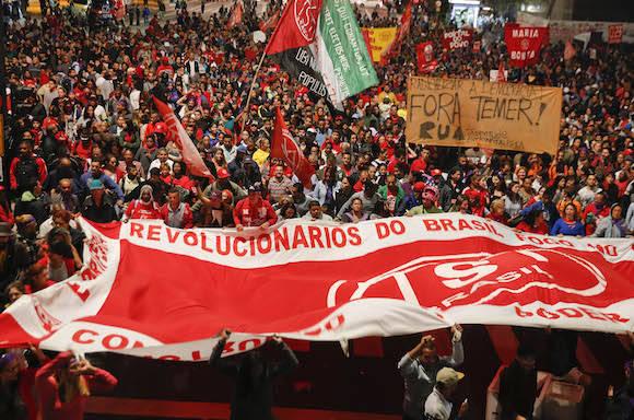 Cientos de brasileños protestan contra el golpista Temer en Brasil, este jueves. Foto: Andre Penner/ AP