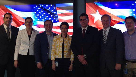 El Embajador con directivos de Twitter y funcionarios de la sede diplomática cubana, en la sede de la compañía. Foto: @JoseRCabañas