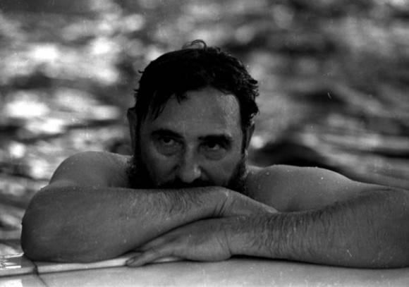 Fidel en una piscina durante su visita a Rumanía en 1972 (tenía 46 años). Foto: Reuters.