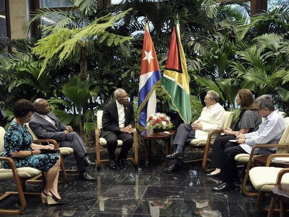 El Presidente cubano Raúl Castro Ruz, recibió este domingo al Honorable David Arthur Granger, Presidente de la República Cooperativa de Guyana. Foto: Estudio Revolución