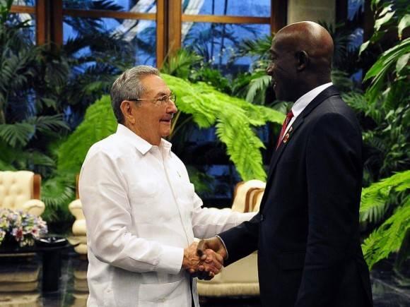 Raúl Castro Ruz, Presidente de los Consejos de Estado y de Ministros, sostuvo un encuentro de trabajo este sábado con el Honorable Keith Cristopher Rowley, Primer Ministro de Trinidad y Tobago. Foto. Estudio Revolución