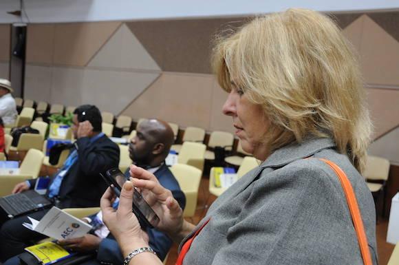 La Vicecanciller Ana Teresita González, tuiteando desde el Plenario del Palacio de las Convenciones. Foto: Omara García/ Agencia Cubana de Prensa