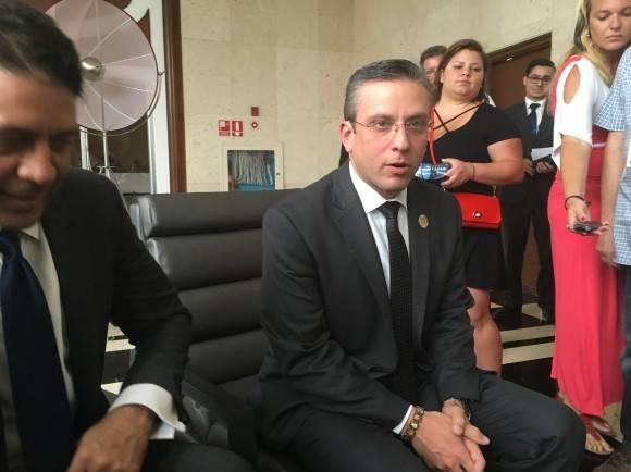 El Gobernador de Puerto Rico, Alejandro García Padilla, en un encuentro informal con la prensa en un pasillo del hotel Habana Libre, de La Habana. Foto: Cubadebate