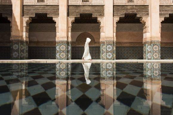 """""""Aunque había mucha gente en Ben Youssef, seguía siendo más silenciosa y calma que Marrakech. Esperé durante largo tiempo el momento perfecto para tomar una foto"""". – Takashi Nakagawa Takashi Nakagawa / National Geographic Travel Photographer of the Year Contest"""