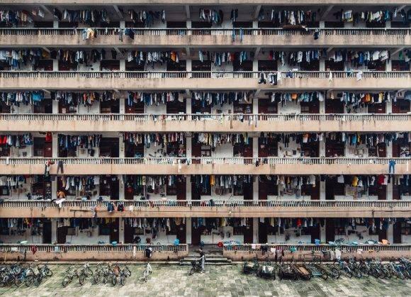 """""""En la Universidad de la China Continental, los estudiantes trabajan como esclavos o más bien como prisioneros"""" – Wing Ka H. Wing Ka H. / National Geographic Travel Photographer of the Year Contest"""