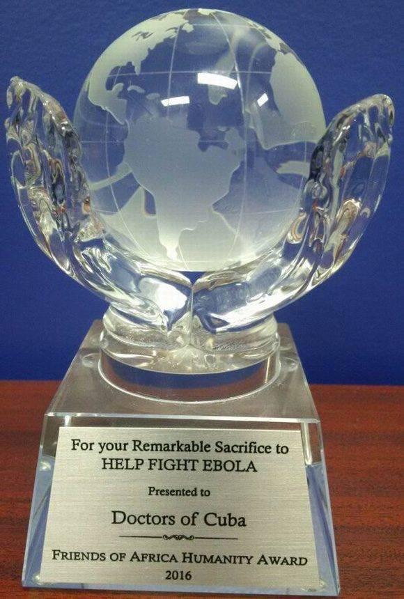 El premio entregado a la Brigada Médica Cubana que luchó contra el ébola. Foto: Radio Rebelde.