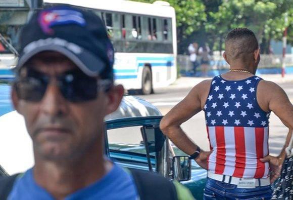 Eusebio Leal reflexiona sobre el uso de las banderas en las prendas de vestir. Foto: Kaloian/ Cubadebate.