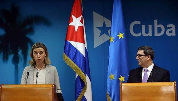 La Alta Representante de la Unión Europea en Política Exterior, Federica Mogherini y el ministro cubano de Relaciones Exteriores, Bruno Rodríguez, tras la firma de un acuerdo político el La Habana, el pasado mes de marzo. Foto: EFE.