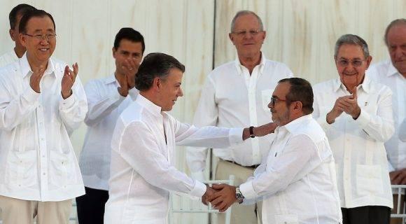 El Presidente Juan Manuel Santos y Rodrigo Londoño, lider de las FARC, firman el acuerdo de paz en Cartagena de India. Foto: Fernando Vergara/ AP