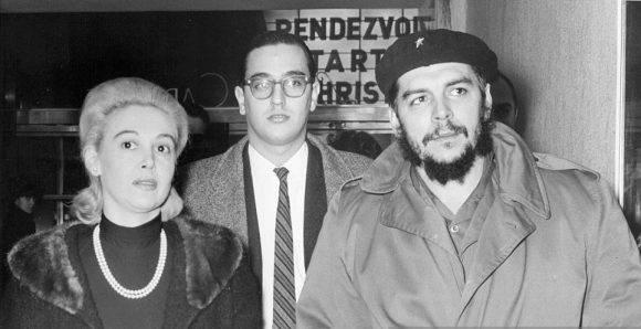 El Che Guevara y Lisa Howard llegan al teatro Little Carnegie para una proyección especial dedicada a John F. Kennedy, asesinado un año antes. Al centro es el intérprete para el Che. 16 de diciembre de 1964. Foto: William N. Jacobellis / New York Post
