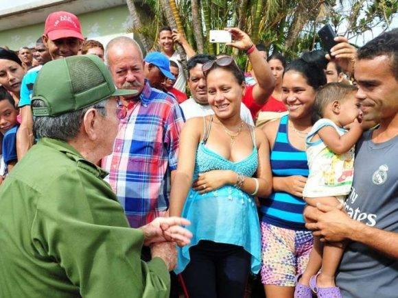 Raúl saluda a joven embarazada y su familia en Maisí, 10 de octubre de 2016. Foto: Estudios Revolución