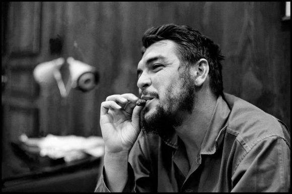 17El Che Guevara en entrevista con Lisa Howard, en el Ministerio de Industrias de Cuba, en 1964. Foto: Elliott Erwitt