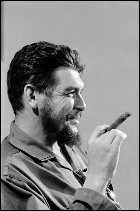 14El Che Guevara en entrevista con Lisa Howard, en el Ministerio de Industrias de Cuba, en 1964. Foto: Elliott Erwitt