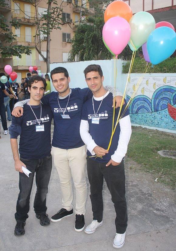 """Los tres integrantes del equipo ganador """"UH++"""", justo después de finalizar la competencia. Foto: José Raúl Concepción/ Cubadebate."""