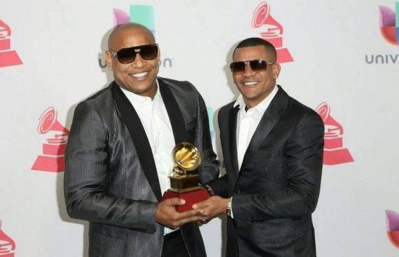 Los cubanos Alexander Delgado y Randy Martínez, de la agrupación Gente de Zona, posan con su Grammy Latino al Mejor Álbum Fusión Tropical, el jueves por la noche en Las Vegas. Foto: TOMMASO BODDI AFP/Getty Images