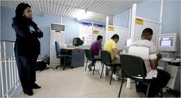 Un cibercafé en La Habana, custodiado por una empleada. (NYTIMES)