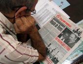 Leyendo el diario Granma, en esta foto de archivo