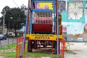 Otro de los aparatos de un parque de diversiones itinerante en Centro Habana, 2012