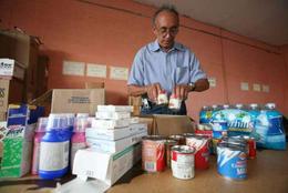 Un exiliado empaca alimentos en Miami, durante la recolecta de ayuda para enviar a la Isla. (SOITU/EFE)
