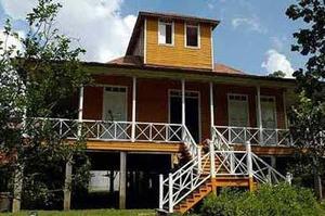 La casa de Birán de la familia Castro, nótese los dos ventanucos arriba