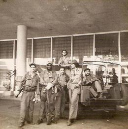 Miembros del Ejército Rebelde, en la entrada del entonces Hotel Habana Hilton. (FLICKR)