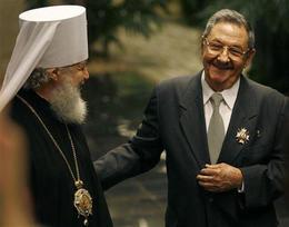 Raúl Castro tras recibir la condecoración. A su lado, el metropolita Kiril Gundjaev, de la Iglesia Ortodoxa rusa. La Habana, 19 de octubre de 2008. (AP)