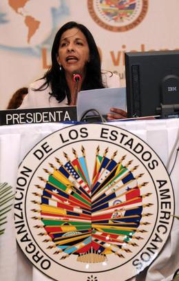 La canciller de Honduras Patricia Rodas lee la resolución durante la asamblea general de la OEA, en San Pedro Sula, el 3 de junio de 2009. (AP)