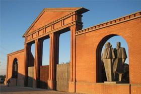 Vista del Bastidor de Pared, con los monumentos a Lenin, Marx y Engels