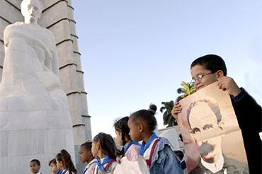 Escolares cubanos en el monumento a José Martí en la Plaza de la Revolución, La Habana