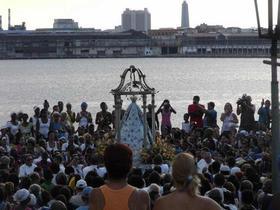 La Virgen de Regla, aclamada frente al mar, mirando a la ciudad