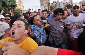 El periodista independiente Reinaldo Escobar sufrió un masivo acto de repudio por parte de seguidores del régimen en la céntrica calle habanera de 23 y G. (AFP)