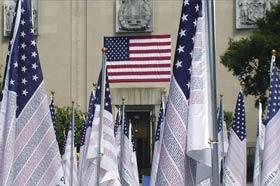 Vista de un grupo de las 2.976 banderas con los nombres de las víctimas de los ataques terroristas de 2001 en Nueva York y Washington