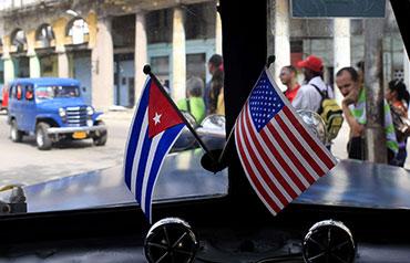 Banderas de Cuba y Estados Unidos decoran un antiguo automóvil en La Habana, en esta foto de archivo de marzo de 2013