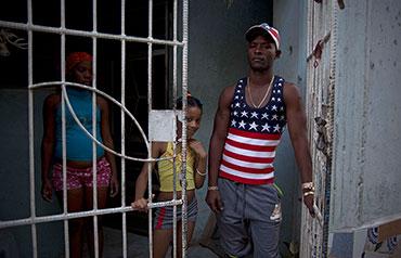 Cubano vistiendo una camiseta con la bandera de Estados Unidos