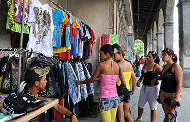 Vendedor privado de ropa en La Habana