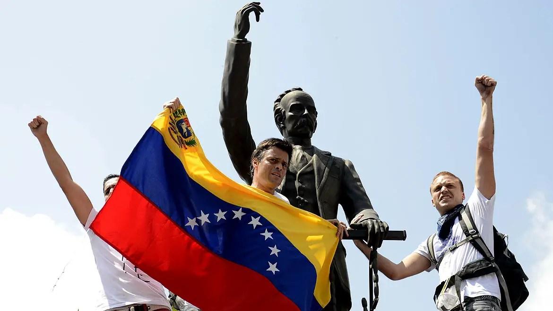 Leopoldo Lopez en la estatua de Marti